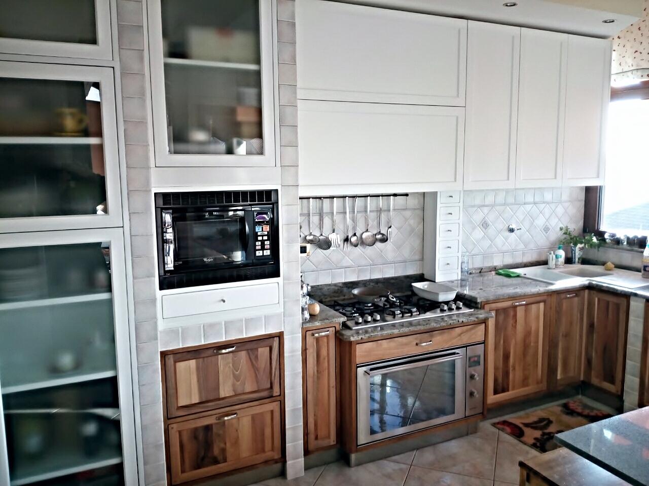 cucina contemporanea laccata e in noce nazionale